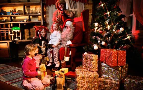 santas-home-santa-and-children