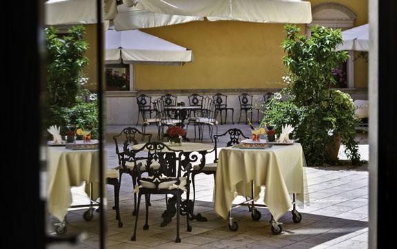 Due Torri Hotel Courtyard